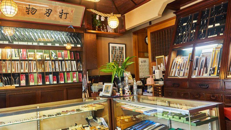 刃物の製造販売を行う「うぶけや」は、包丁・はさみ・毛抜きの三本柱を中心に、300点ほどの商品を取り扱っている。今回は8代当主の矢崎豊さんにお話を伺った。